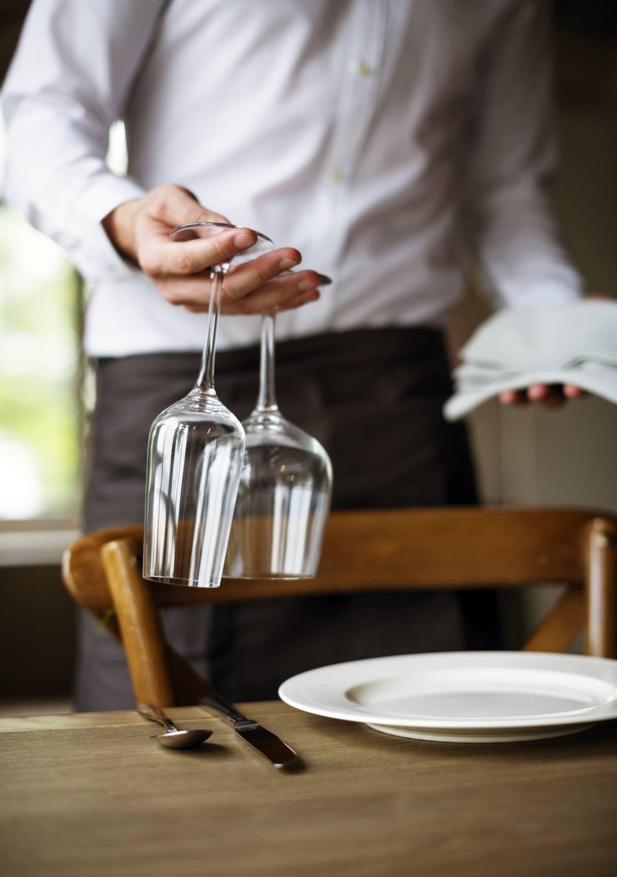bicchieri e cameriere